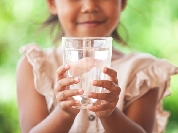 هل يجوز شرب الماء اثناء الاذان
