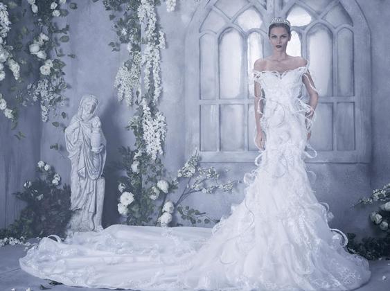 dce2250960be9 لا ترضي بأقلّ من فستان زفاف ملكي ومرصّع بالكريستال!