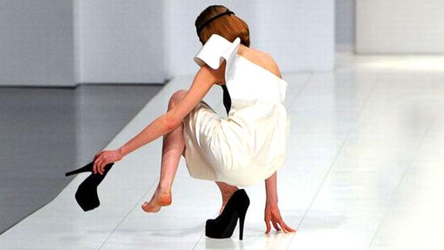 لقطات مضحكة لعارضات أزياء سقطن على خشبة العرض