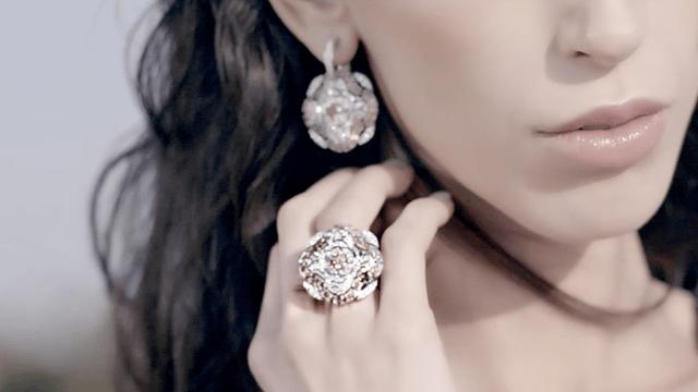 جلسة تصوير لمجوهرات Les Talismans De Chanel الفاخرة