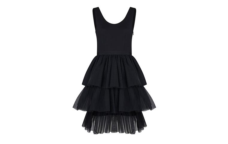 فستان سارا جيسيكا باركر الأسود القصير يأتيكِ إلى دبي!