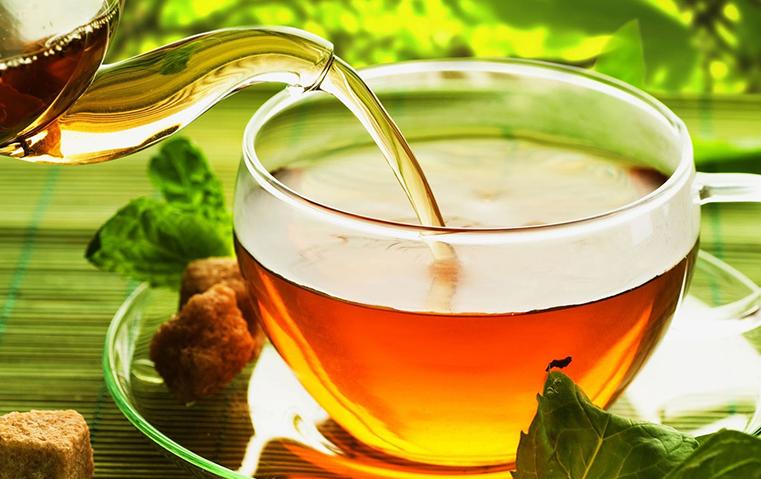 تخلصي من إزعاج الحبوب بفنجان من الشاي الأخضر