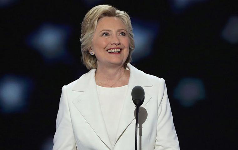 هيلاري كلينتون ترتدي 4 طبعات في إطلالة واحدة!