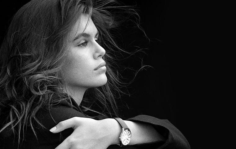دار أوميغا تقدّم تشكيلة ساعاتها الجديدة، وكايا غيربر تزيّن حملتها الإعلانية