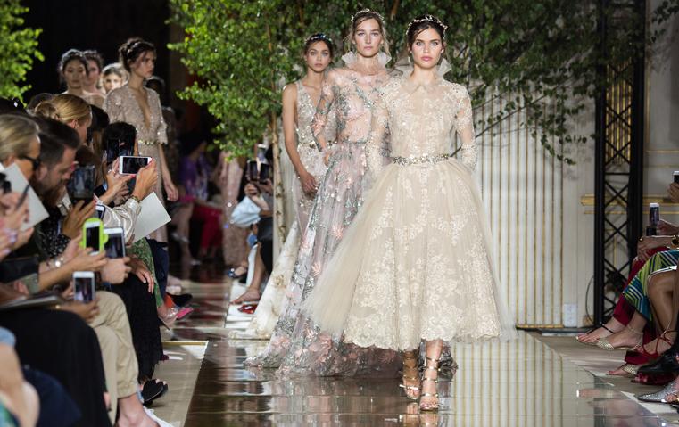 تصاميم الهوت كوتور تكرّس الدرجات المعدنية الخيار المثالي لفساتين السهرة