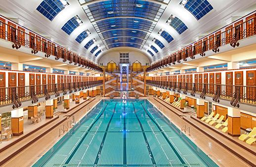 إليكِ 16 تصميماً لبرك السباحة الداخلية الأكثر تألقاً في العالم