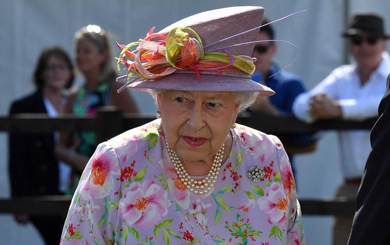 هذا ما جمع بين الملكة إليزابيث و دار المجوهرات كارتييه