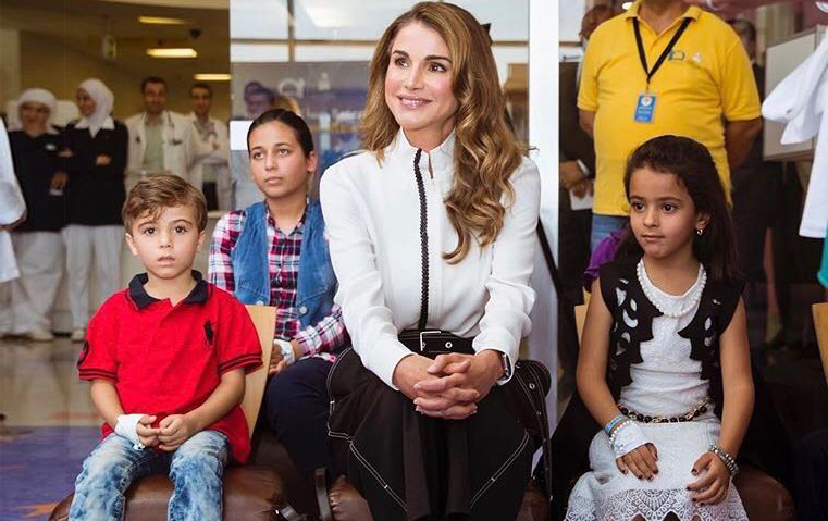 هل سترتدين بنطلونك الأسود على طريقة الملكة رانيا؟
