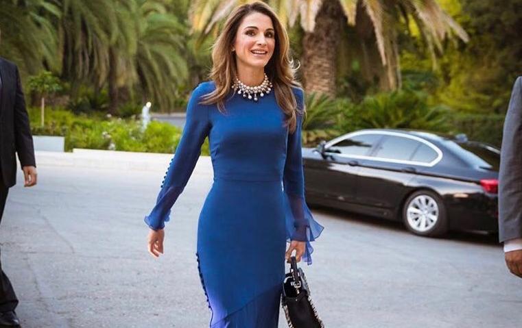 إطلالة اليوم للملكة رانيا: اللون النيلي بقصّة أنثوية