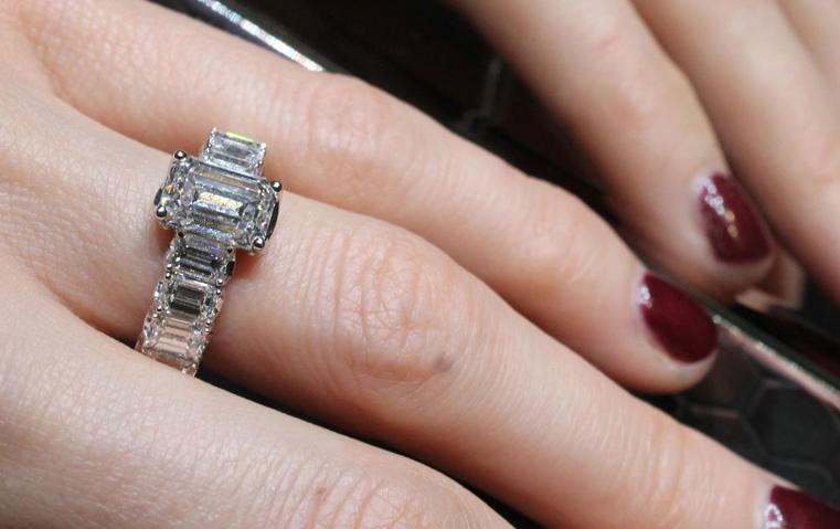 كيف تختارين خاتم الخطوبة المثالي ليدك وأصابعك؟
