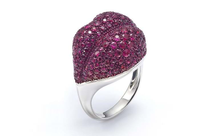 هل تتجرّئين على تزيين أصابعك بمجوهرات بشكل الشفاه؟