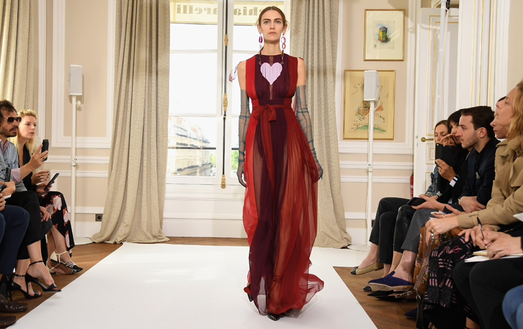 Schiaparelli ترفع شعار مناصرة المرأة مع تصاميم في غاية الأنوثة