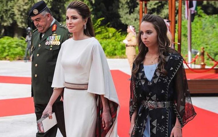 شاهدي أناقة الملكة رانيا وابنتها الأميرة سلمى في ذكرى استقلال الأردن!