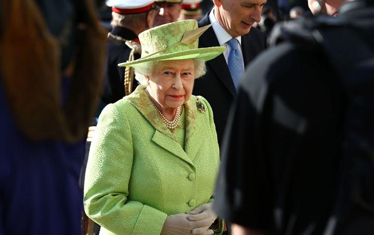 لن تخمّني السبب الذي يدفع بالملكة إليزابيث الثانية لارتداء الألوان الزاهية