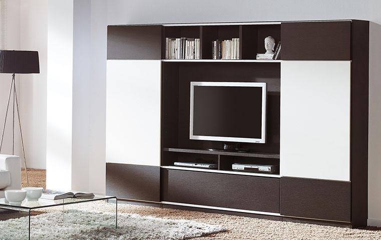 أيّهما تفضّلين في غرفة المعيشة: تلفزيون خفيّ أم ظاهر