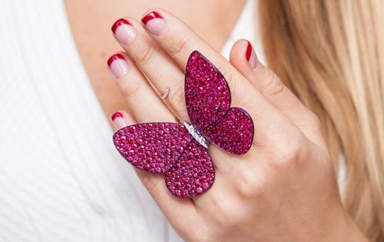 خواتم لفراشات مرصّعة بالياقوت ستزيد أصابعك أنوثة