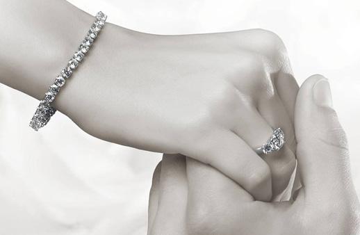 كوني عروس الموسم وتألقي بأجمل المجوهرات الماسية من معوّض