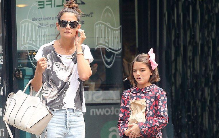 شاهدي كم كبرت ابنة توم كروز وأصبحت تضاهي والدتها جمالاً!