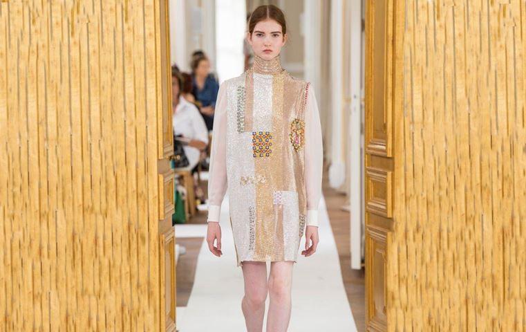 هذه هي حكاية فستان Schiaparelli المرصّع بأحجار سواروفسكي