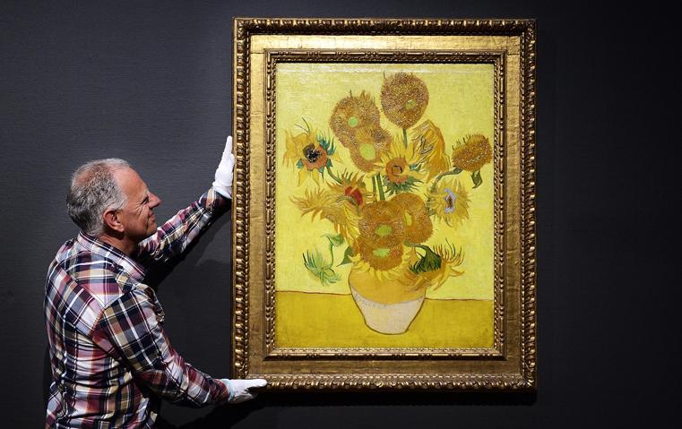 لوحات فان جوخ بين يديك