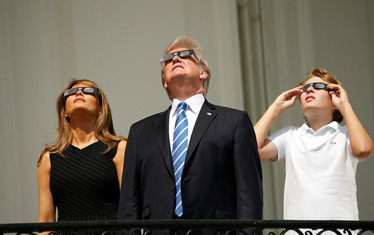 عائلة دونالد ترامب تشاهد الكسوف الكلي من شرفة البيت الأبيض