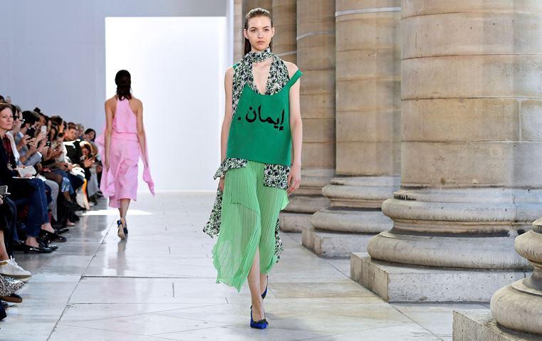 مصمّم بلجيكي يزيّن تشكيلته الباريسية بكلمات عربية، فما هي رسالته؟