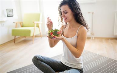 هل تناول ست وجبات يومياً يفيدك حقاً؟