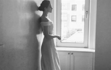 لا تفوّتي رؤية فستان فرح إيمي روسوم من كارولينا هيريرا