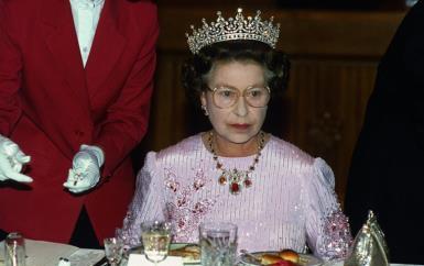 لن تصدّقي روعة بعض مجوهرات الملكة إليزابيث إلى أن تريها!