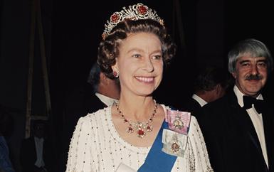 هذه هي تفاصيل أجمل تيجان الملكة إليزابيث الثانية