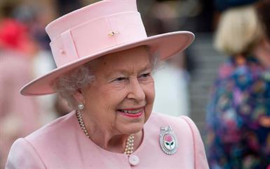 لن تصدّقي سعر طلاء الأظافر المفضّل لدى الملكة إليزابيث!