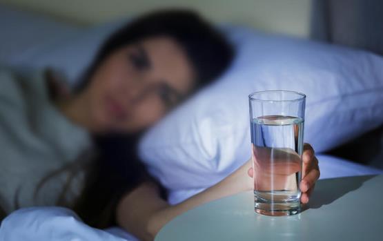 أطبّاء: تجنّبي وضع كأس ماء بجانبك أثناء النوم!