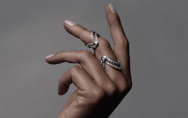 fa8c5b435c102 مُصمّمة مجوهرات AKILLIS في 10 أسئلة  متمرّدة وتهوى القطع الجريئة فقط!
