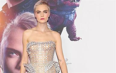 هل هذا أجرأ فستان ترتديه كارا ديليفين من فيرزاتشي ؟