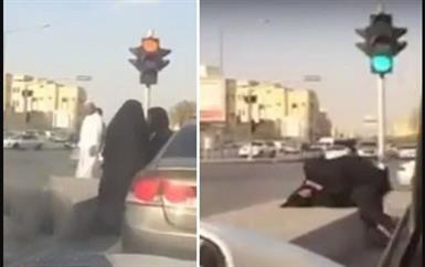 بالفيديو.. مضاربة عنيفة بين فتاتين على أحد الطرق بالمملكة بعد نقاش حاد