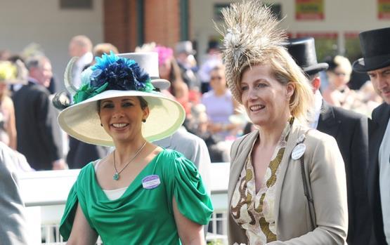 استوحي من الملكات والأميرات قبعتك ليوم السباق