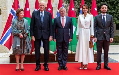 في زيارة تاريخيَّة لملك وملكة النرويج إلى الشّرق الأوسط، الأنظار تتَّجه إلى أناقة الملكة رانيا