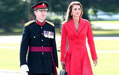 الملكة رانيا تتألّق بفستان أحمر في حفل تخرّج الأمير الحسين