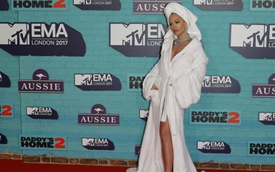 غرائب حفل MTV EMA: جاريد ليتو بملابس أنثوية وريتا أورا برداء الحمّام!