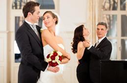 مدعوة إلى حفل زفاف؟ عليكِ أن تجيدي التصرّف