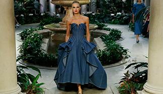 كارولينا هيريرا تقدم الفساتين الناعمة بقصات أنثوية عصرية