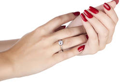 للعروس: إرشادات لإجادة اختيار خاتم الخطوبة الماسي